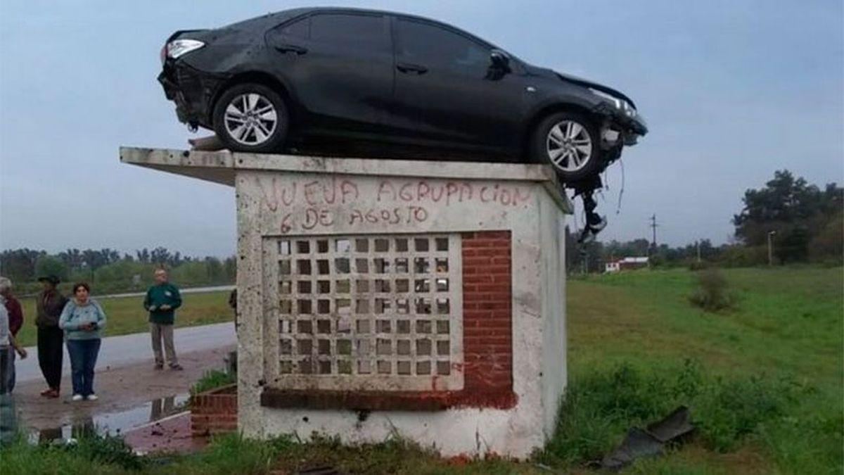 Un auto quedó sobre el techo de una garita en Entre Ríos