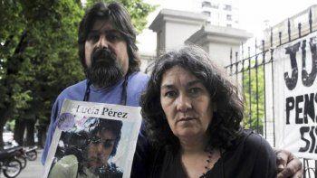 Los padres de Lucía, Marta y Guillermo, en uno de los reclamos por un nuevo juicio. Este jueves, la Corte bonaerense confirmó que juzgará a los dos acusados por el femicidio de la adolescente.