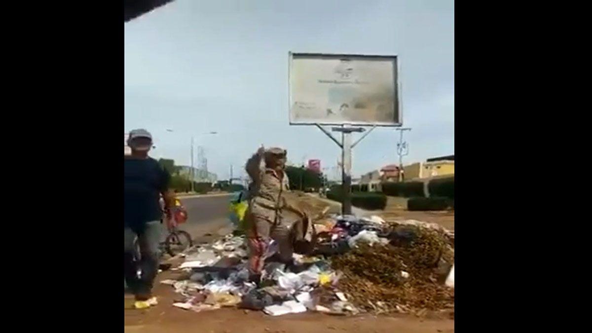 Una miliciana bolivariana revisa la basura y pide la destitución de Maduro (Foto: Captura de Pantalla)
