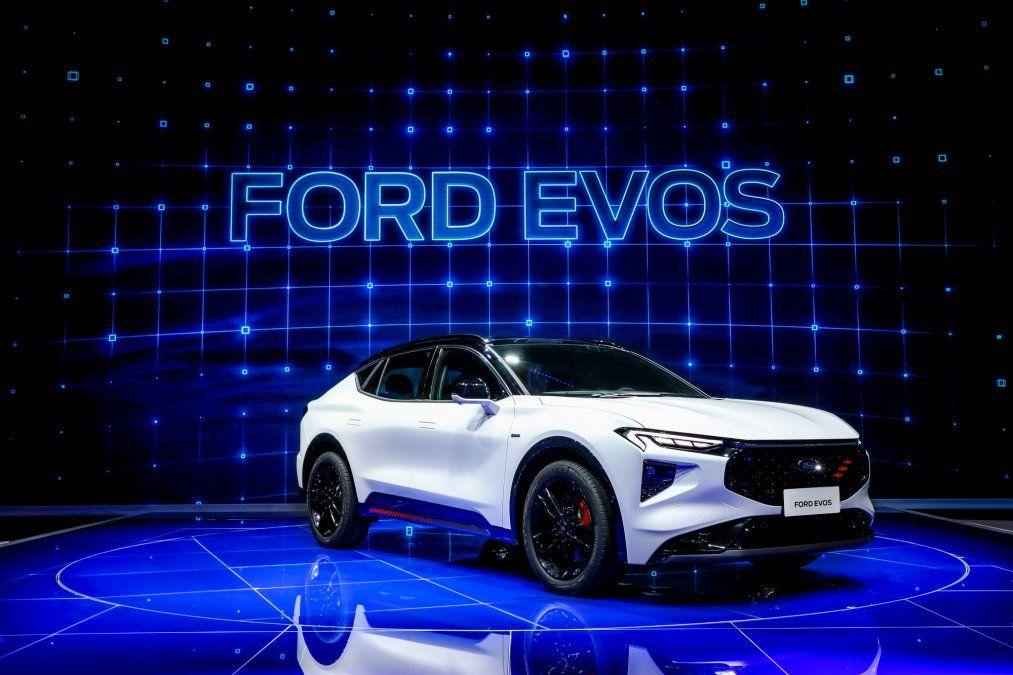 """Ford Evos es el primer vehículo que refleja la filosofía de diseño """"Energía progresiva en fuerza"""" de Ford con su silueta innovadora que comunica la agilidad y el valor dinámico de un cupé combinados con la fuerza y la sensación de libertad de un SUV. La iluminación conectada de costa a costa"""