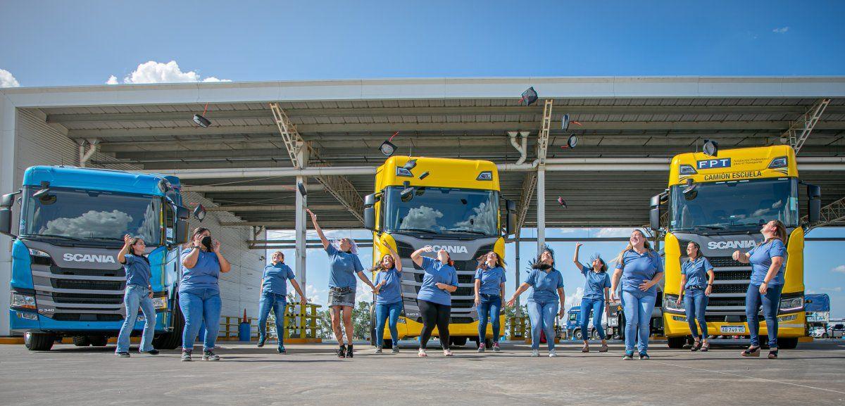 """Scania entregó sus diplomas de graduación a las participantes de la segunda edición del Programa """"Conductoras"""". 12 mujeres recibieron sus certificados en el Centro de Capacitación de la FPT -Fundación Profesional para el Transporte-"""