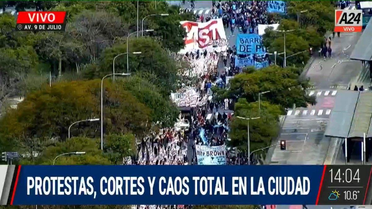 Los movimientos sociales se manifiestan en el centro porteño y hay caos en el tránsito