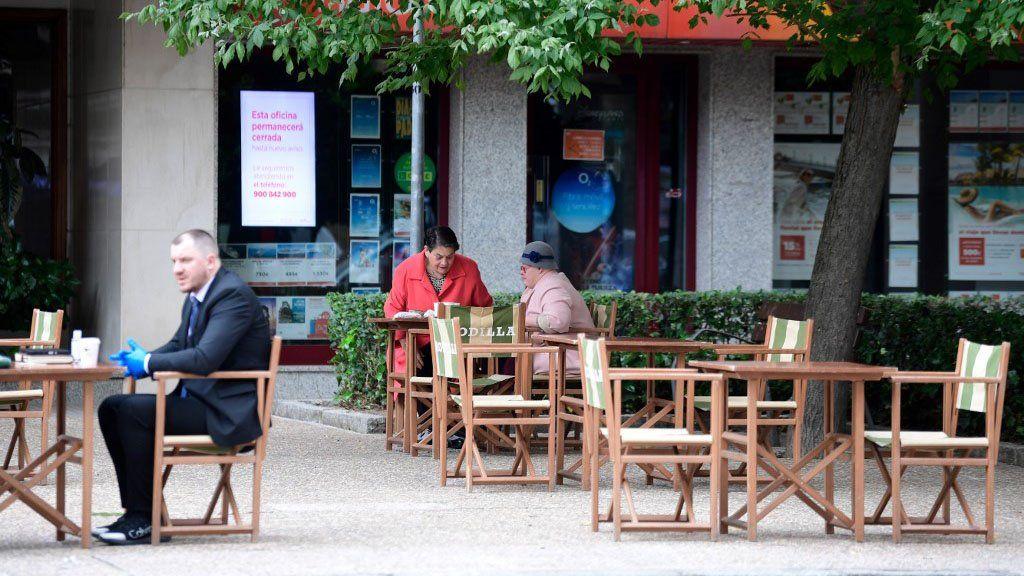 En España reabren bares al aire libre, negocios chicos y misas (pero no en Madrid ni Barcelona)