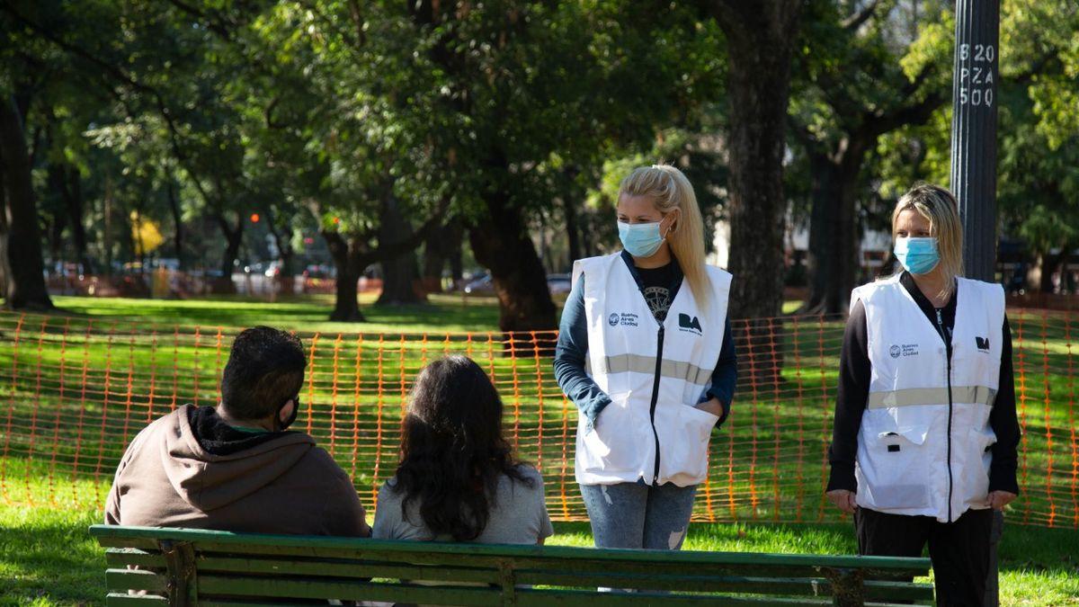 Al aire libre están permitidas las reuniones de hasta 10 personas. También están habilitados los juegos de las plazas.