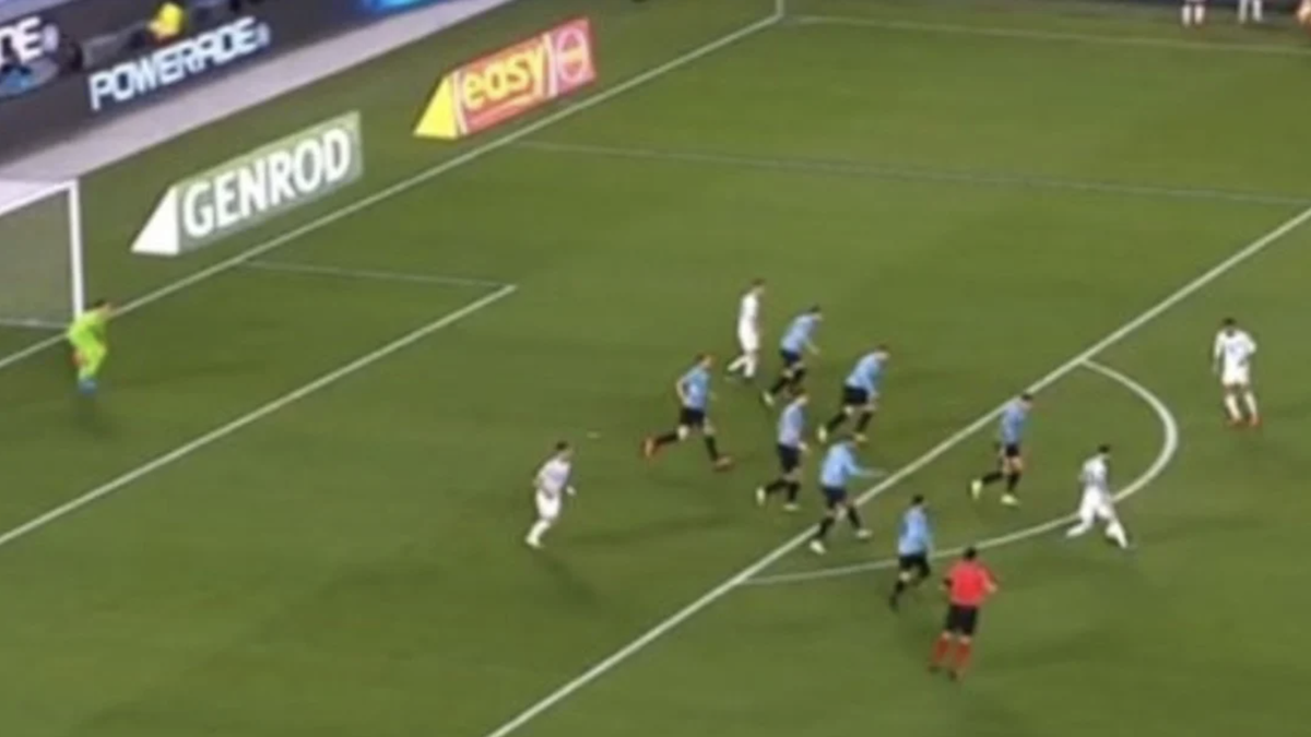 En la jugada previa al 3-0 de Argentina