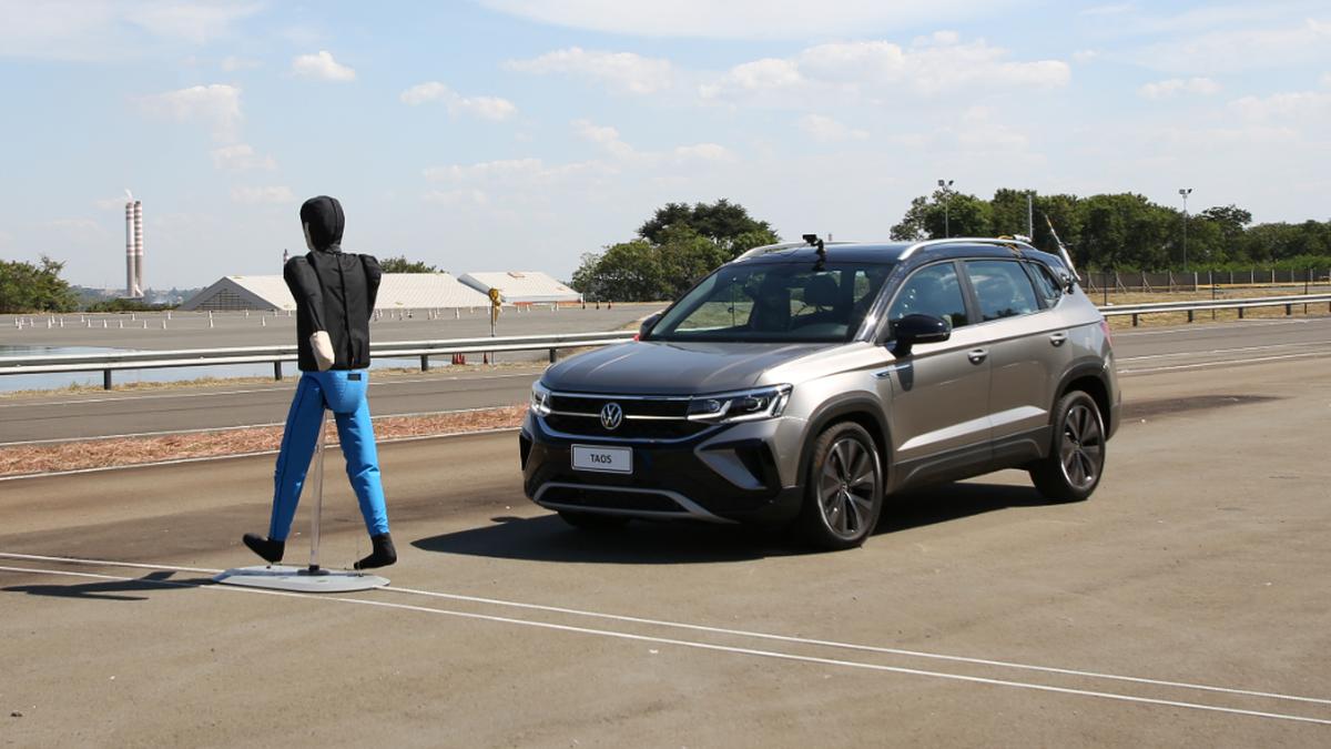 En el desarrollo del Volkswagen Taos los robots garantizan la precisión en las pruebas de tecnologías de seguridad como el Control Crucero Adaptativo (ACC) y el Frenado Automático de Emergencia (AEB).