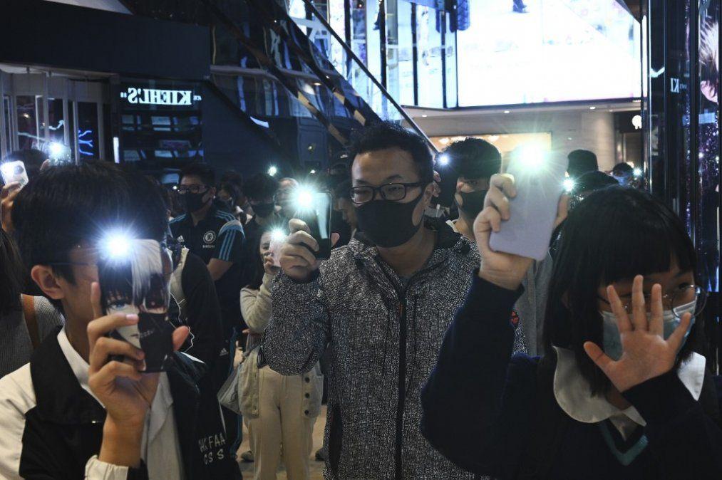 Hong Kong: 100 estudiantes resisten dentro de una universidad, rodeados por policías