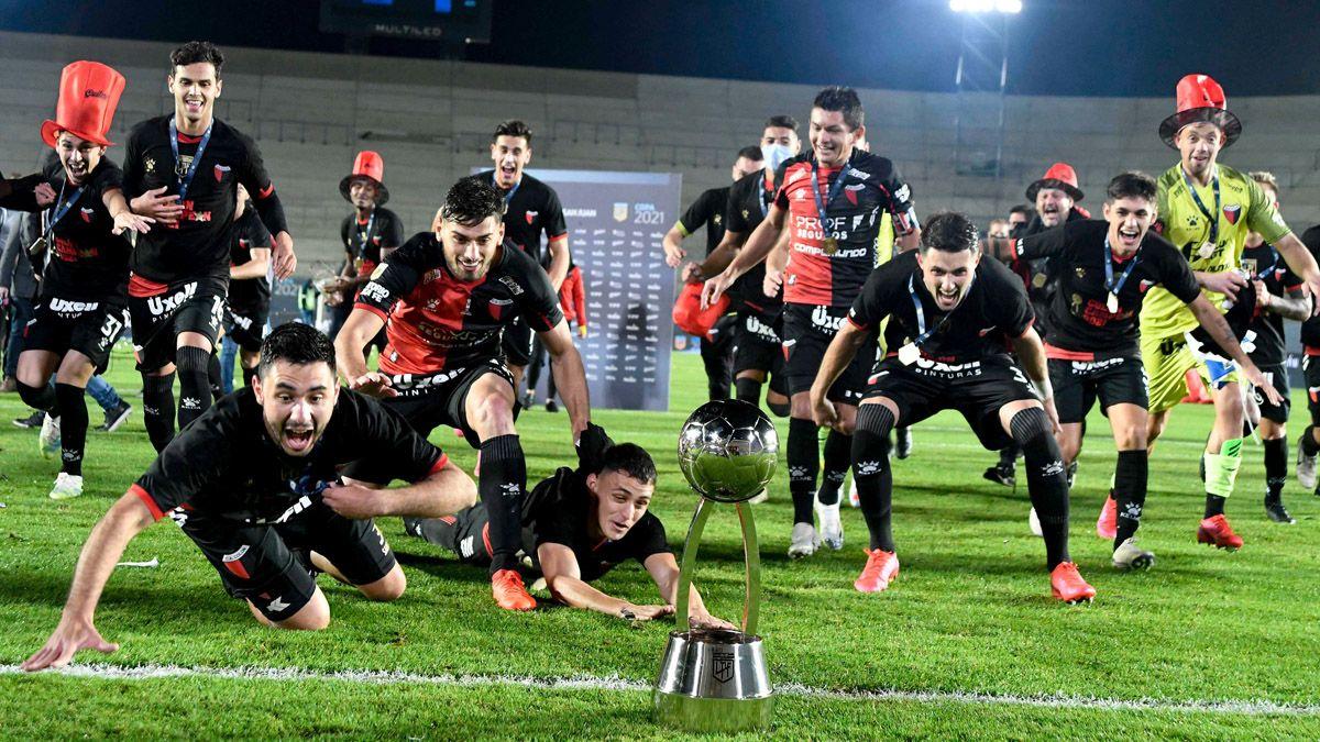 Colón ganó el primer título de su historia en la máxima categoría del fútbol argentino.