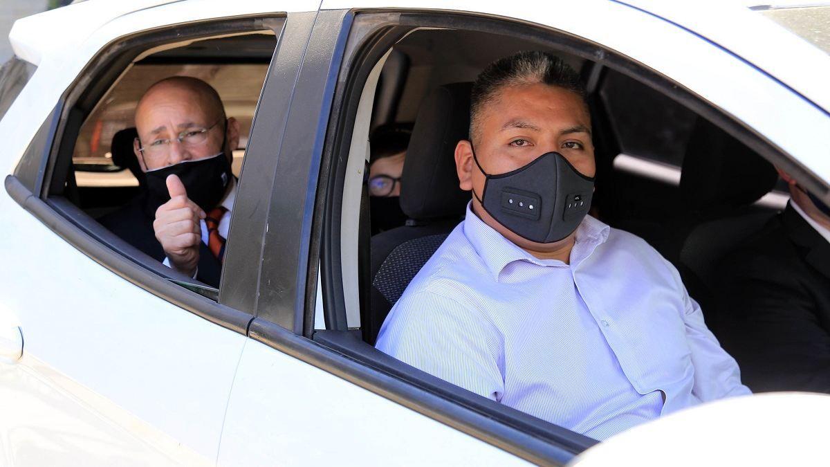 El policía Luis Chocobar junto a sus abogados.