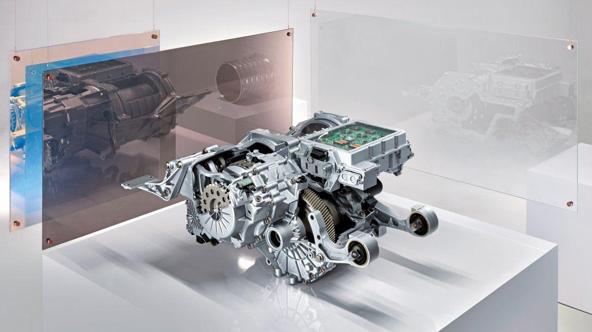 Casa de máquinas en el Porsche Taycan: el motor eléctrico y la caja de cambios de dos velocidades (delantera) están dispuestos en paralelo al eje trasero. La electrónica de potencia se encuentra en la parte superior.