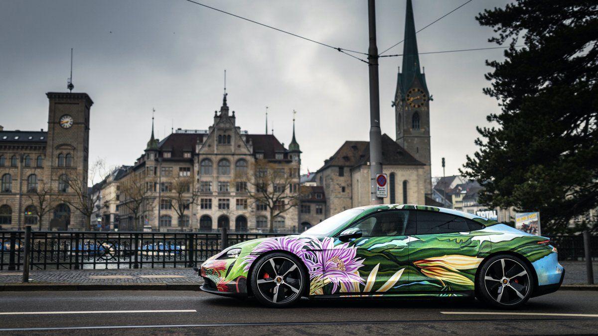 El Taycan Artcar representa la segunda colaboración entre el artista neoyorquino Richard Phillips y el fabricante alemán de autos deportivos. Phillips también diseñó un Porsche Artcar en 2019