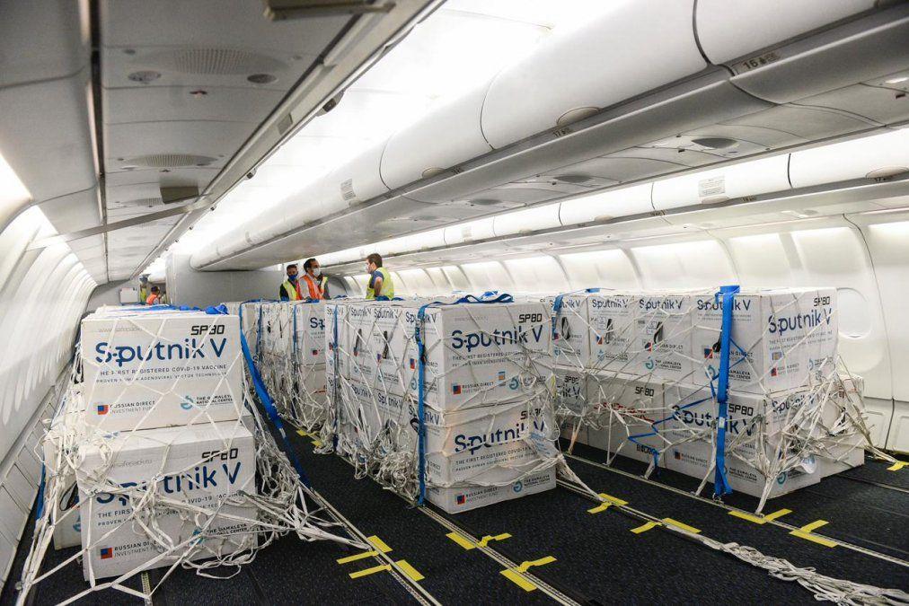 Las dosis son trasladadas en contenedores del tipo thermobox a una temperatura de 18 grados bajo cero. (Foto: Aerolíneas Argentinas)