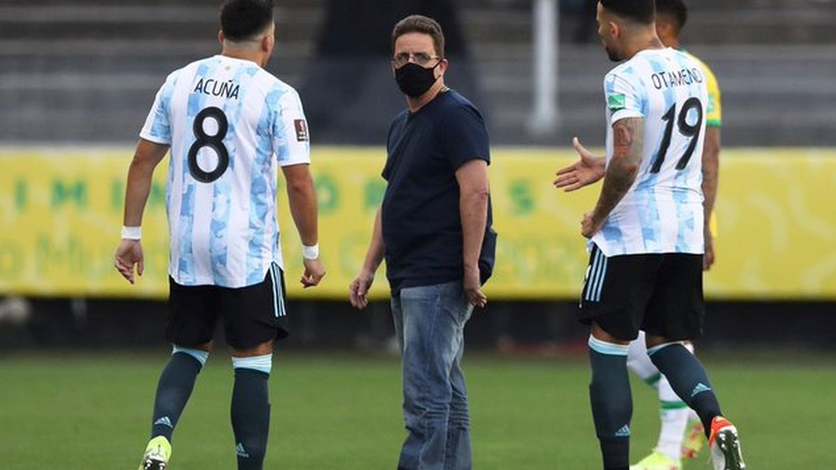 El momento en el que empieza el escándalo que derivará en la suspensión del partido entre Argentina y Brasil.