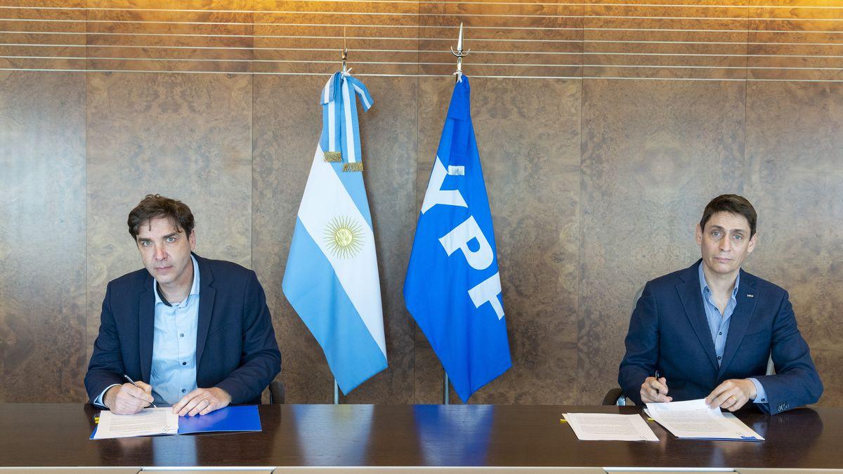 Seguridad vial: Pablo Martínez Carignano y Sergio Affronti durante la firma del convenio.