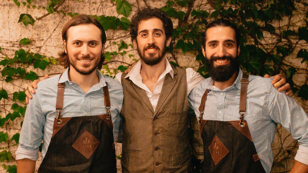 Federico y Matías crearon kits para hacer tragos de autor sin salir de casa