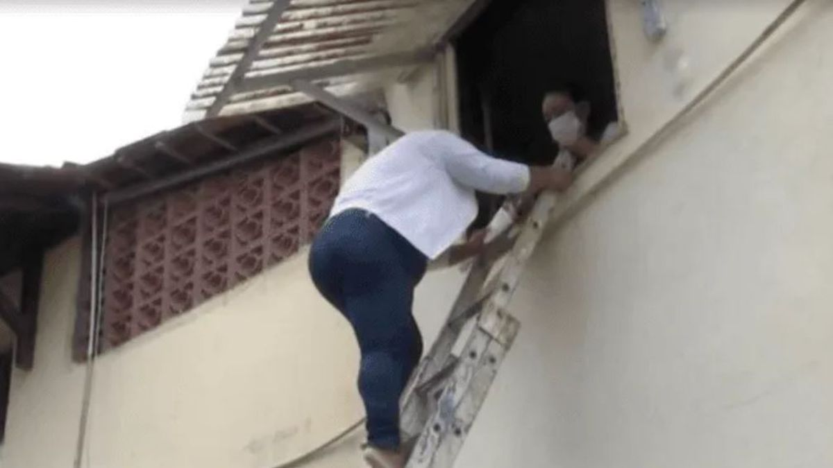 Una mujer vive desde hace un año encerrada porque su vecino demolió la escalera de ingreso de su casa.