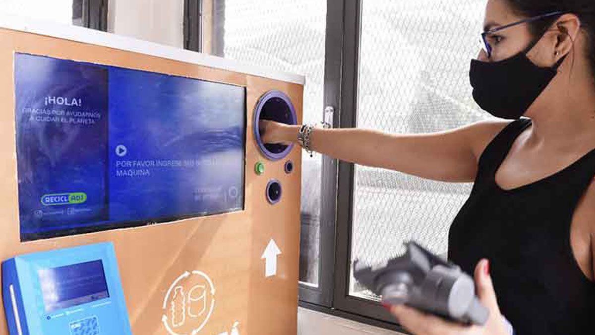 La máquina que canjea botellas por crédito en la SUBE.