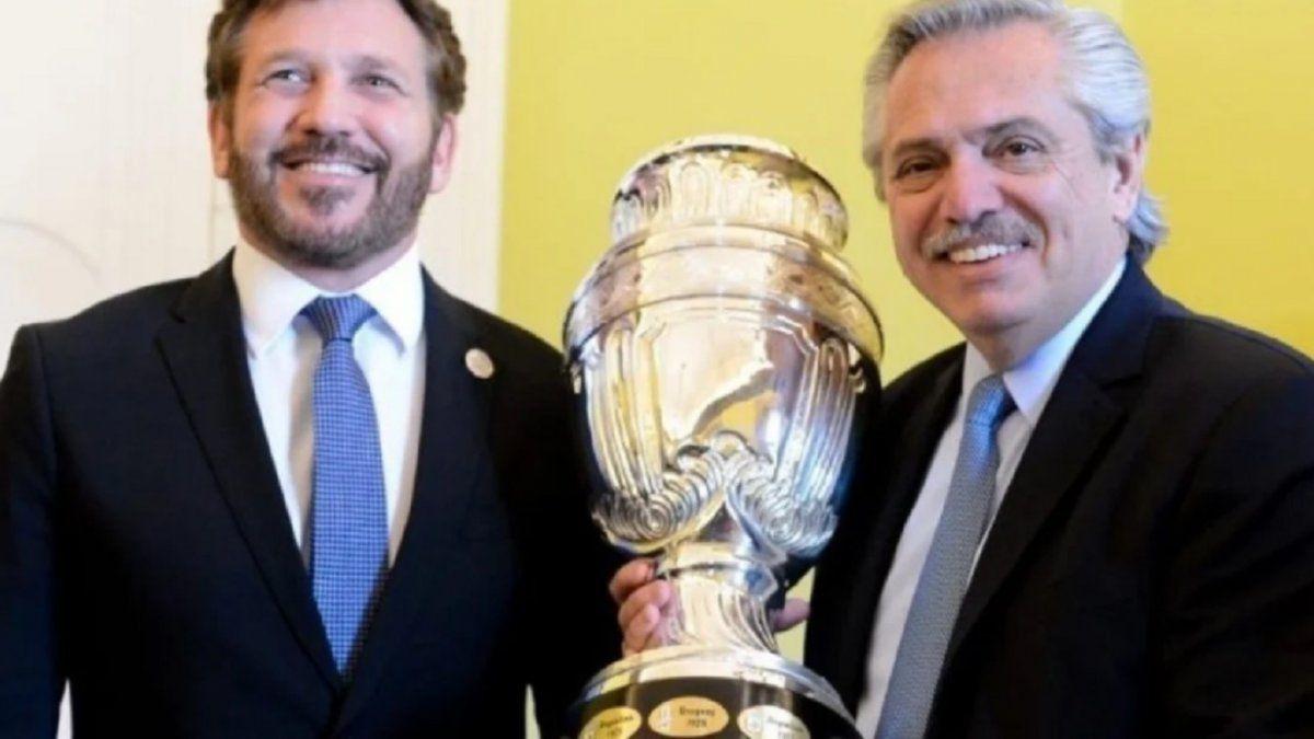 Alberto Fernández junto al presidente de la Conmebol