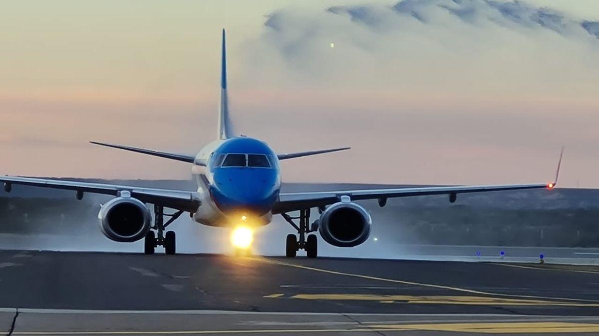 El avión de Aerolíneas Argentinas aterrizó esta tarde en el aeropuerto de Ezeiza con más de 500.000 dosis de Sputnik V. Foto: Archivo.