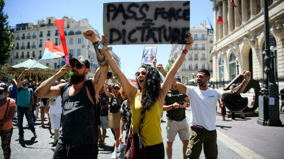 Más de 160.000 personas se manifestaron en distintas ciudades de Francia contra el certificado sanitario.