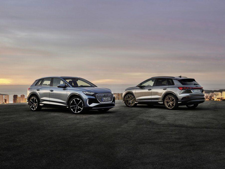 El Audi Q4 e-tron (foto) y el Audi Q4 Sportback e-tron son los primeros SUV eléctricos compactos de la marca de los cuatro anillos. Se trata de dos versátiles vehículos todo camino para el uso diario que transfieren el diseño progresivo de los prototipos a la producción en serie y que pueden conducirse sin emisiones. Ambos modelos impresionan por el espacio interior y por la incorporación de soluciones pioneras en el manejo del info.entretenimiento y los sistemas de asistencia.