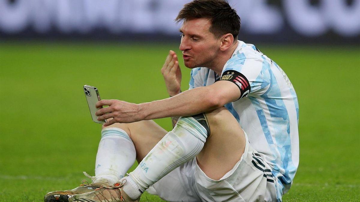 Messi celebrando el campeonato con su familia a través de una videollamada.