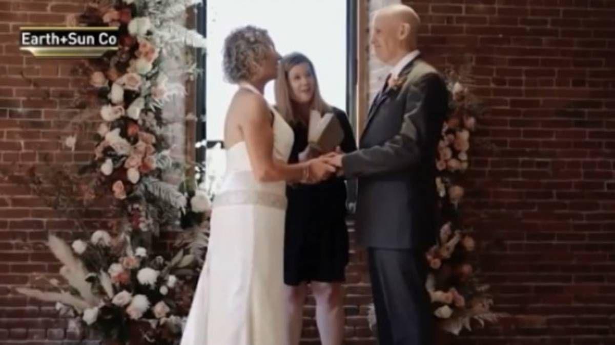 Un hombre con alzhéimer se casó nuevamente con su esposa.