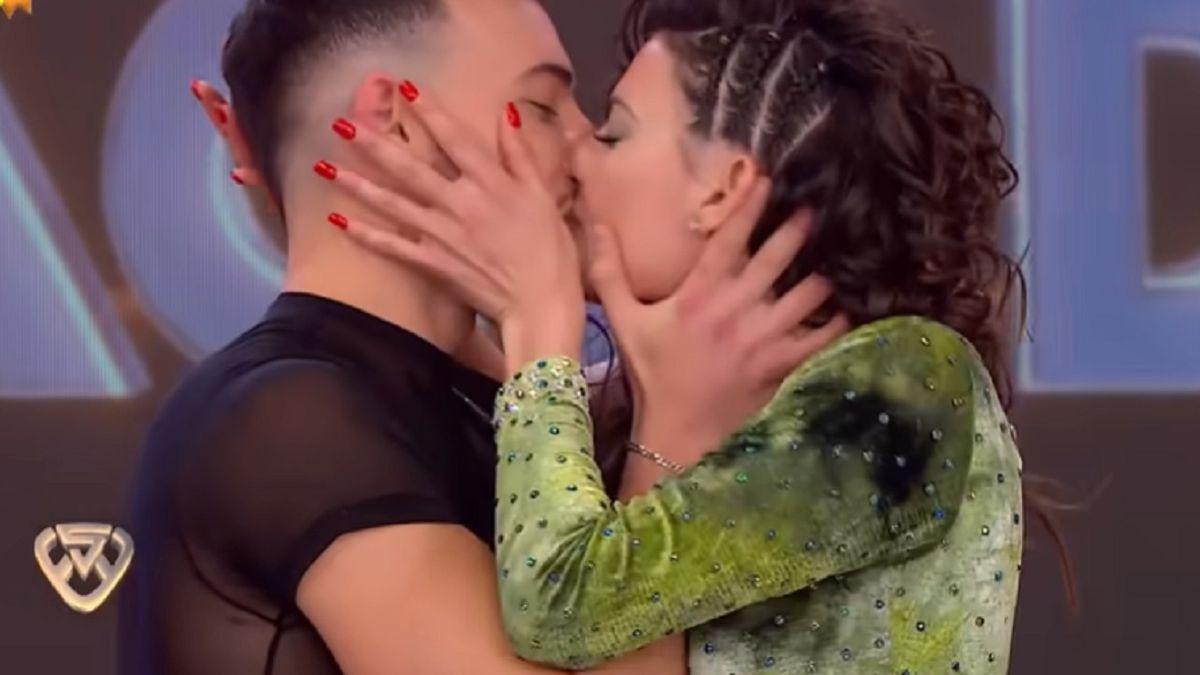 El apasionado beso entre  Sofía Jujuy Jiménez y Martín Salwe