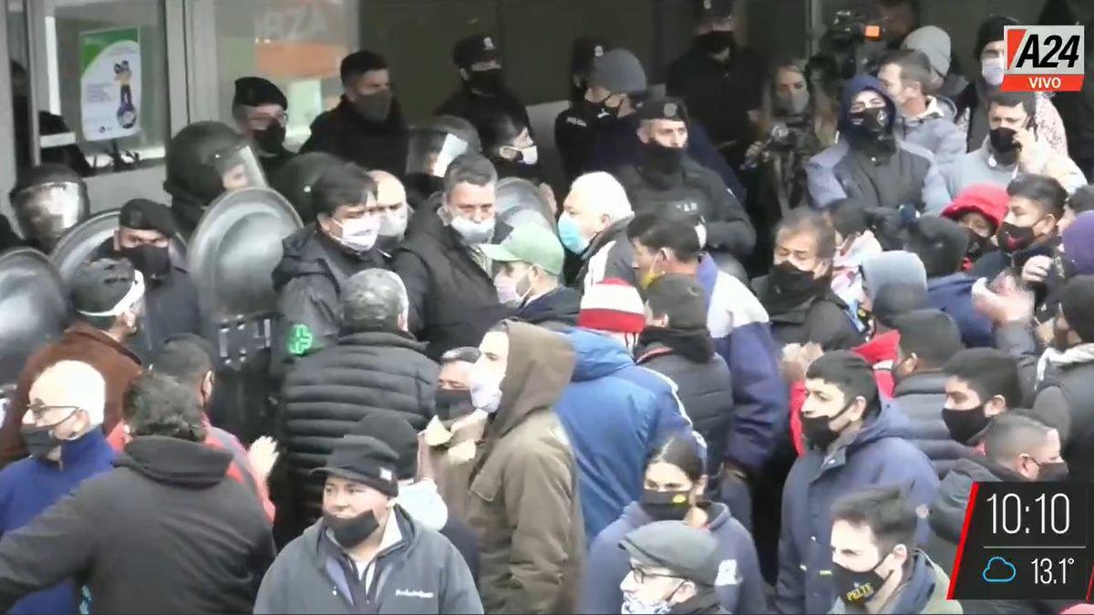 Trabajadores del Mercado Central iniciaron esta mañana una jornada de protesta frente al Centro Administrativo del mercado .