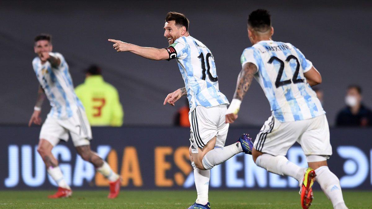 Messi y un gol de carambola para abrir el marcador ante Uruguay en el Monumental.