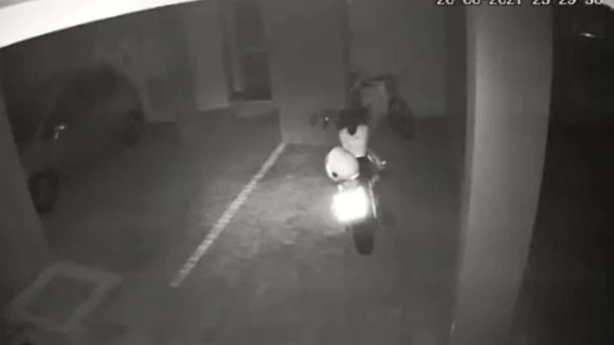 La filmación muestra como la motocicletaestá estacionada y