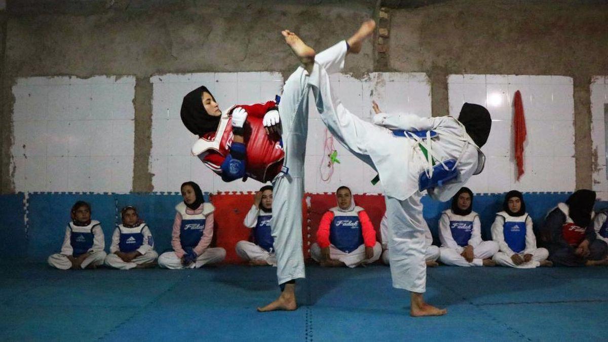 """Las mujeres afganas no podrán jugar más al cricket ni a ningún otro deporte que """"exponga sus cuerpos"""""""