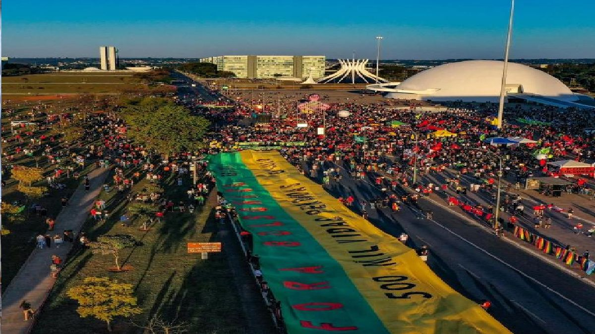 """""""Más vacunas"""" fue una de las consignas de la protesta en Brasilia el 3 de julio contra la gestión de la pandemia de Covid. """"Fuera Bolsonaro"""" y """"genocida"""", se repitieron también en los gritos y carteles de las manifestaciones que tuvieron lugar en las 27 capitales de los estados de Brasil y otro centenar de ciudades en esa fecha. (Foto: Ricardo Stuckert / Fotos Públicas)"""