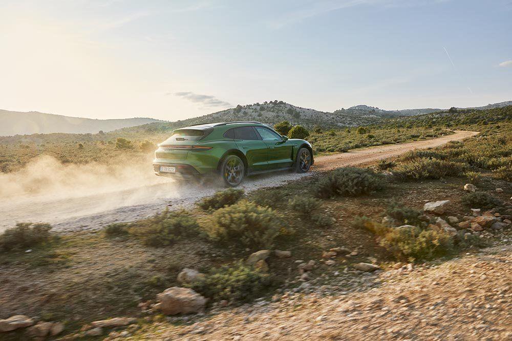 El Porsche Taycan Cross Turismo se destaca por su chasís de alta tecnología