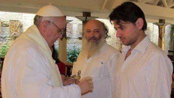 El Papa Francisco da la comunión a Juan Grabois. Ahora lo eligió como miembro del Dicasterio para el Servicio del Desarrollo Humano Integral del Vaticano.