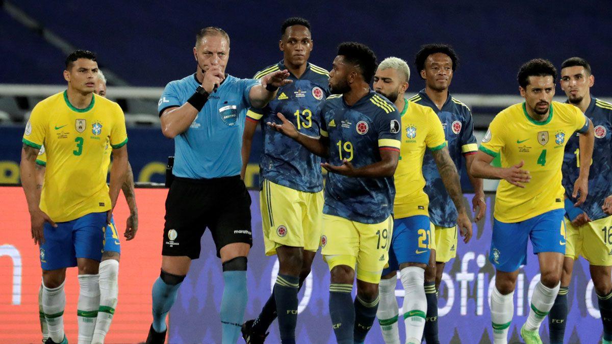 La imagen del partido: Pitana convalidó el polémico gol de Brasil.