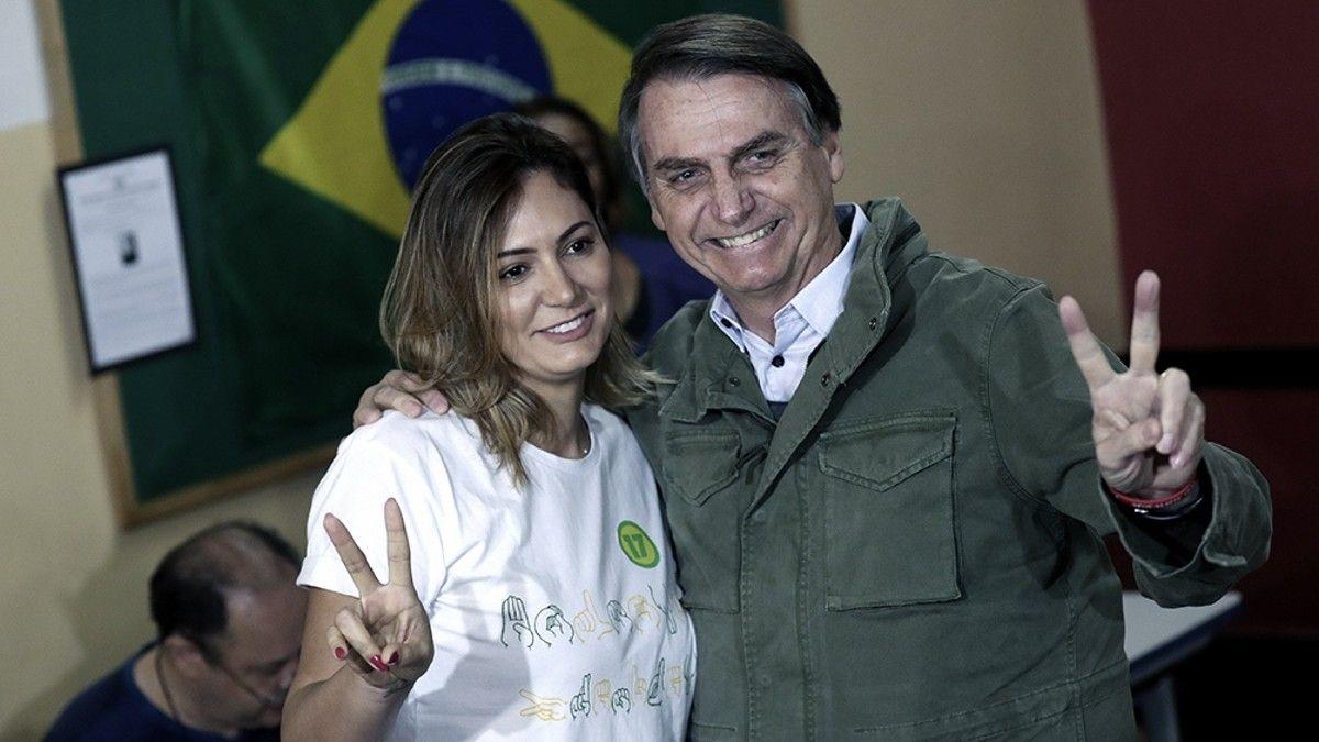 Jair Bolsonaro y su mujer.